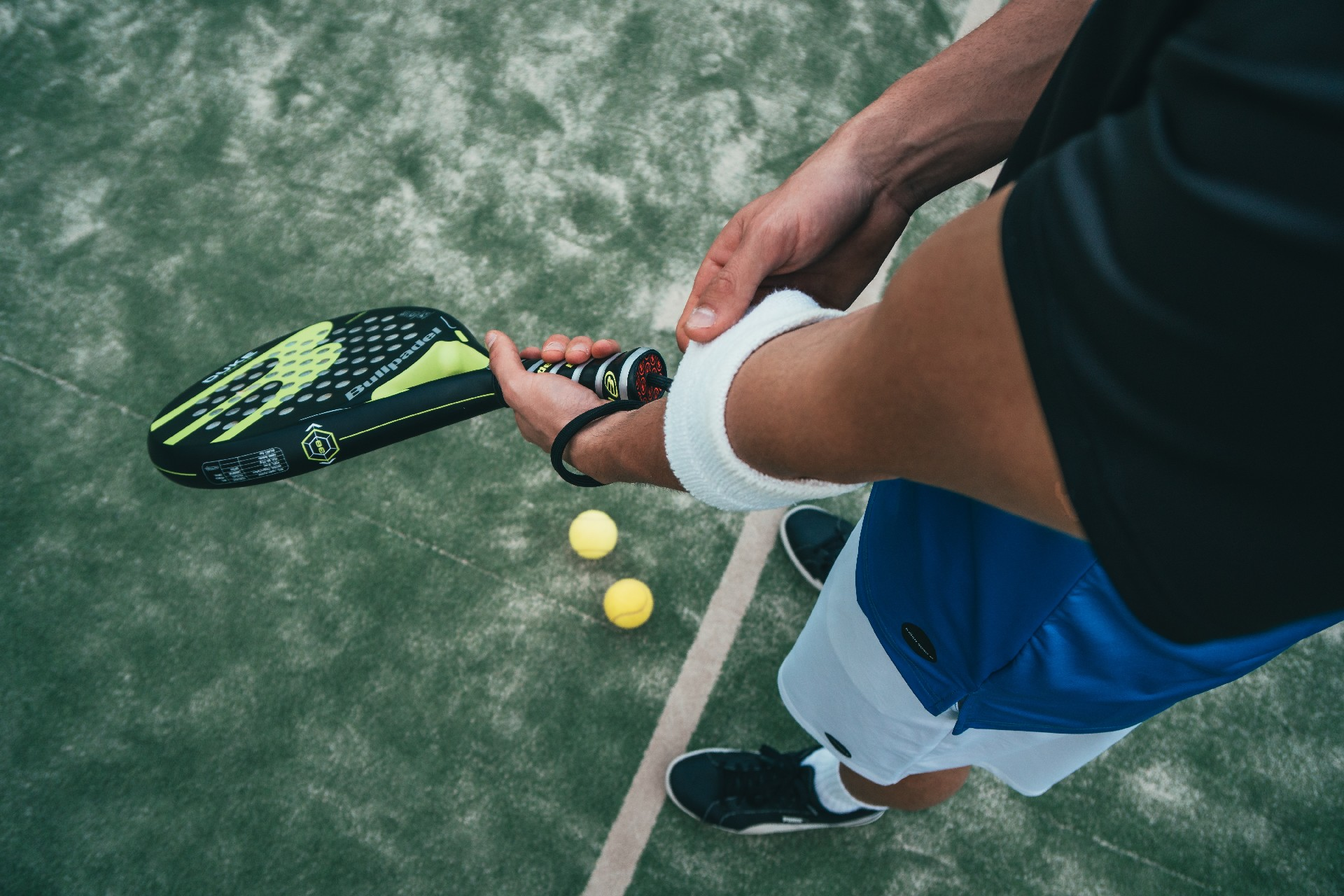 Tag-Heuer_pexels_person-holding-black-and-green-tennis-racket-1103829